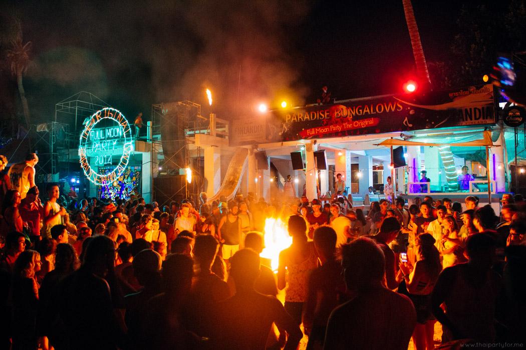 People look at fire Paradise Bungalows Koh Phangan Photo 02
